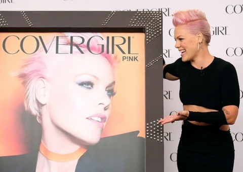 Пинк стала лицом бренда CoverGirl