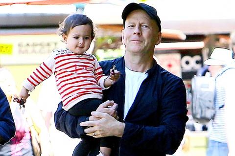 Веселый отдых: Брюс Уиллис с женой и дочкой в Диснейленде