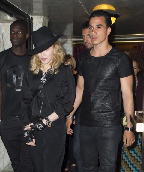 Мадонна вышла в свет с новым «той-боем»