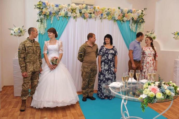 У прифронтовому Сєвєродонецьку людей вже одружують за новими правилами: з'явилися фото (1)