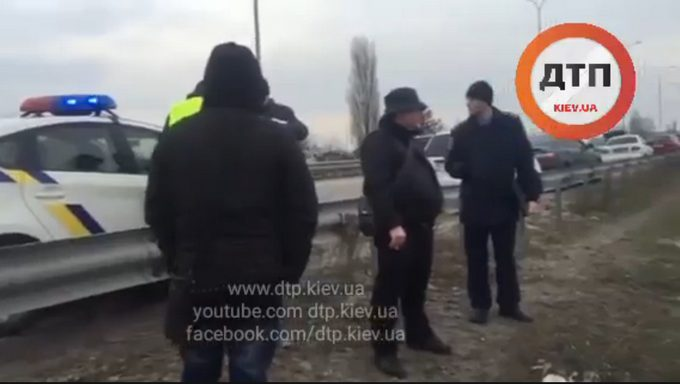 В Киеве иномарка снесла остановку: опубликованы фото (1)