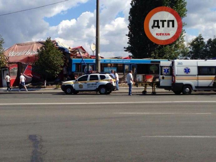 У Києві інсульт водія автобуса призвів до масштабної аварії: з'явилися фото (1)