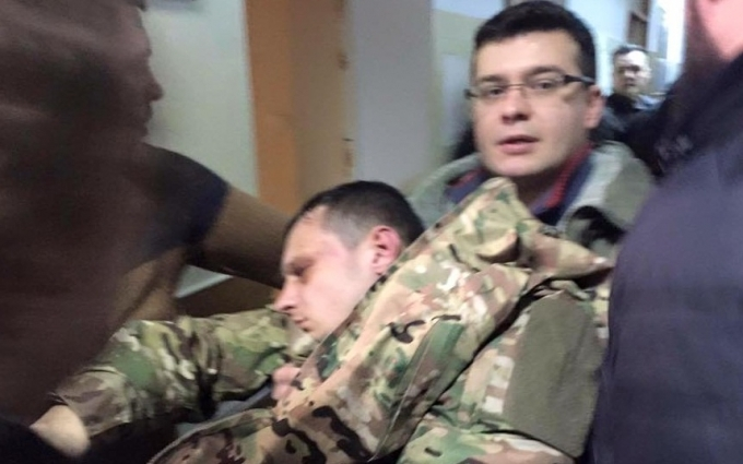 Лидер «Азова-Крым» потерял сознание на суде: опубликованы фото и видео