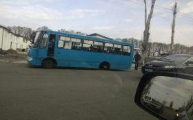 У Черкасах у маршрутки на ходу відлетіли колеса: з'явилися фото