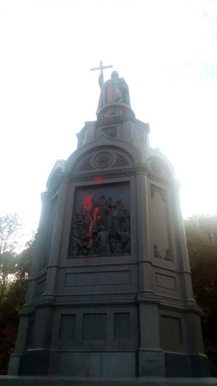 Вандали в Києві поглумилися над знаменитим пам'ятником: опубліковані фото (1)