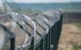 Еще одна соседка России строит на границе стену: в соцсетях веселятся