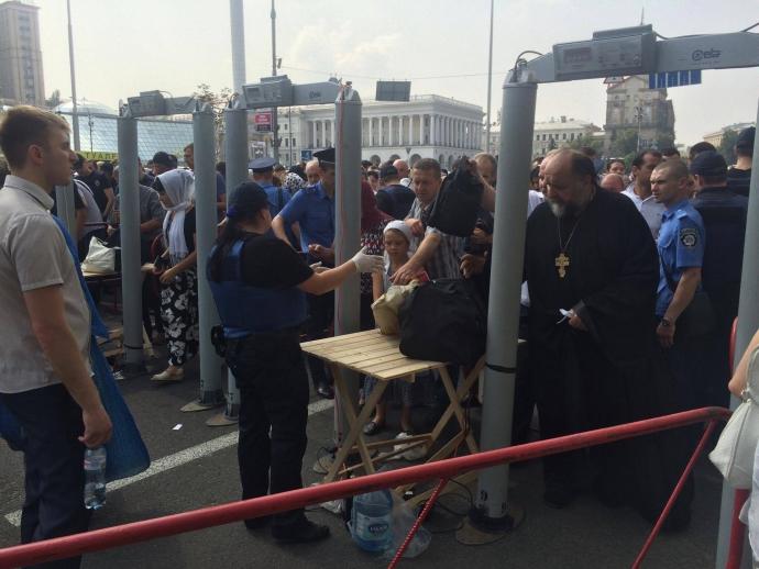 У центрі Києва тролят учасників хресної ходи: з'явилися фото, відео та подробиці (3)