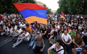 У Єревані масові акції протестів: почалися сутички активістів з поліцією