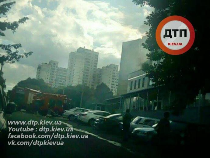 У Києві сильна пожежа, гасити не можуть через припарковані авто: з'явилося фото (1)
