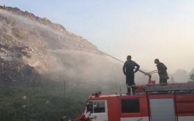 На Полтавщине уже вторые сутки горит свалка: опубликовано видео