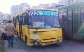 У Києві в аварії з маршруткою постраждали пасажири: опубліковані фото