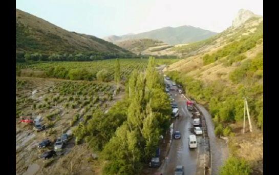 В окупованому Криму селевий потік зніс з дороги десятки авто: з'явились фото та відео