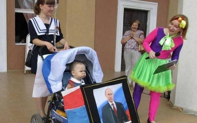 """В России детскую коляску украсили """"траурным"""" Путиным: опубликовано фото"""