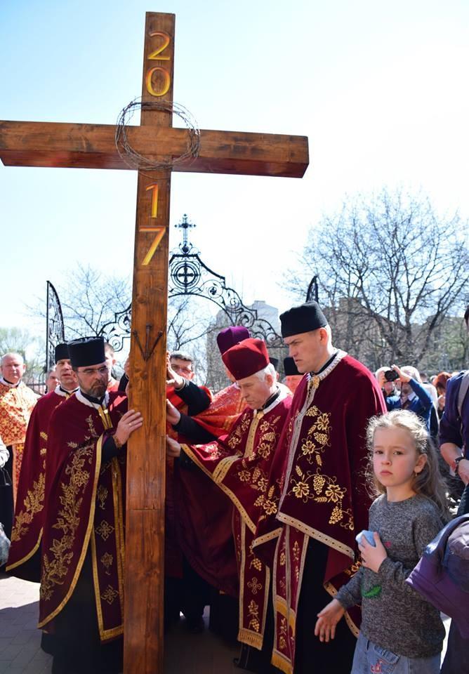 На Прикарпатье прошел масштабный крестный ход за победу и мир: появилось впечатляющее видео (2)