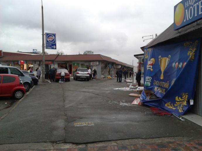 У Києві біля метро влаштували погром МАФів: з'явилися фото (1)