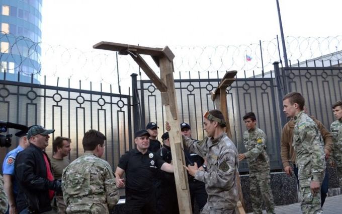 В Одесі до російського консульства принесли шибениці та гній: опубліковані фото і відео