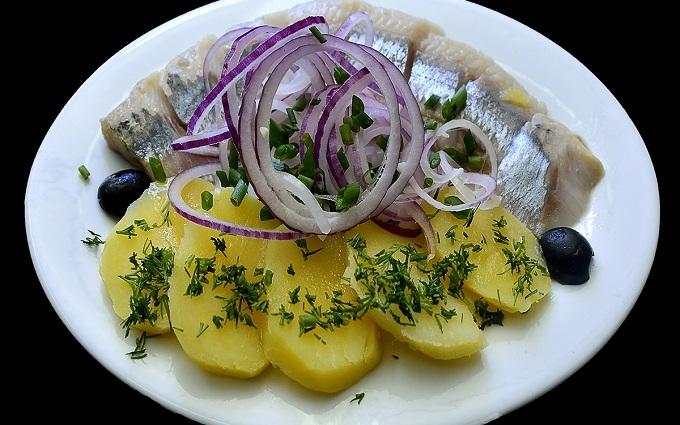 Росіян закликали їсти картоплю і оселедець заради духовності: в мережі сміються