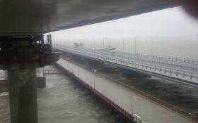 В Крымский мост врезался плавучий кран: появилось видео с места аварии