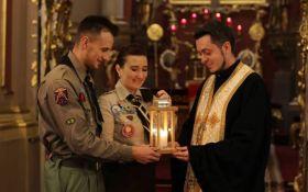 В Киев прибыл Вифлеемский огонь мира: в соцсетях появились яркие фото