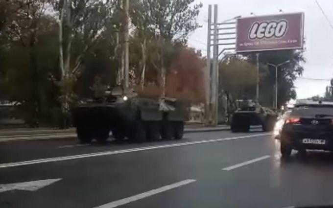 У центрі окупованого Донецька зняли на відео велику колону військової техніки бойовиків