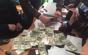 Сотрудник ГМС пытался продать иностранцу гражданство Украины за 3 тысячи долларов