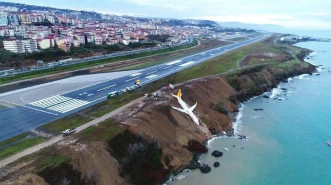 В Турции пассажирский самолет при посадке сорвался в пропасть: появились фото и видео (1)