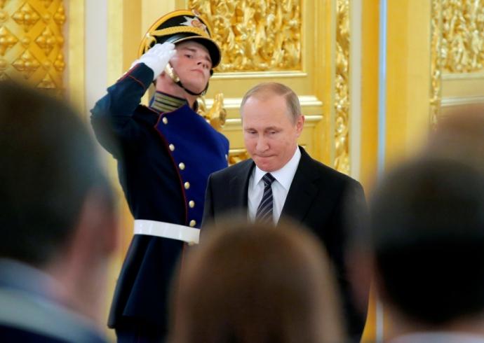 Путін шокував поглядом, торкаючись до грудей чемпіонки: опубліковано фото (6)