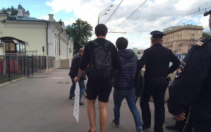 Любов перемагає: у Москві затримали учасників акції пам'яті жертв розстрілу в Орландо