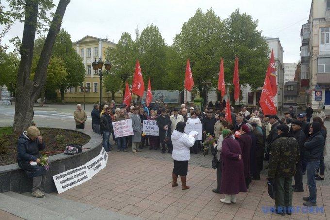 На первомайском митинге в Виннице националисты устроили потасовку: появились фото (8)