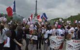 """В Париже """"разгневанные жены полицейских"""" устроили марш: опубликовано видео"""