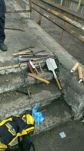 Во Львове полиция не дала разгореться массовой драке: опубликовано фото (3)