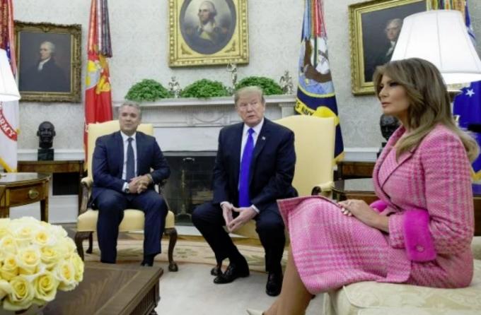 """""""Словно кукла Барби"""": Мелания Трамп очаровала нежным образом (2)"""