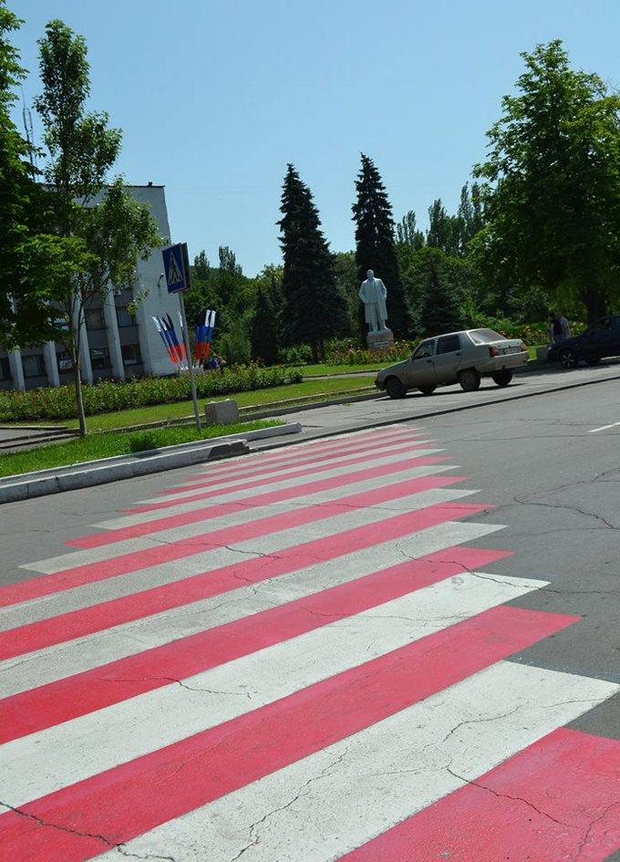 В окупованому Донецьку стали вивішувати прапори Росії: опубліковані фото і відео (1)