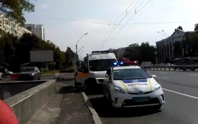 У Києві серед білого дня напали з ножем на бійця ОУН: з'явилося відео моменту