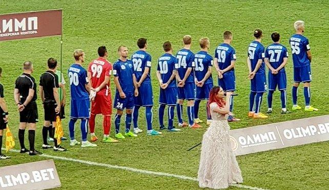 Украинский футболист демонстративно отвернулся от флага РФ: россияне требуют наказания (1)