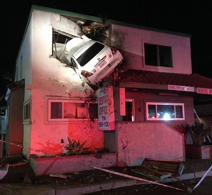 У США автомобіль влетів у вікно другого поверху будівлі: з'явилися фото і відео (1)
