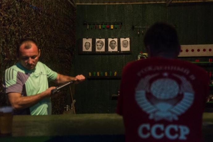 На окупованому Донбасі не проти постріляти в портрет Путіна (1)