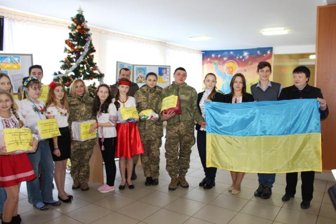 Днепропетровские школьники передали на передовую подарки для защитников Отечества (5 фото)