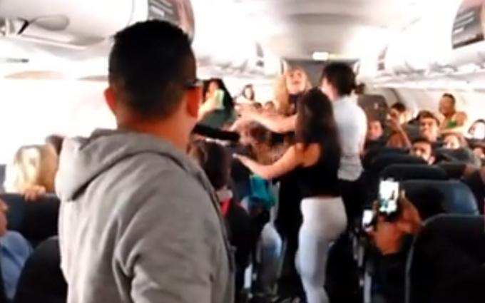 Пять американок в самолете устроили драку из-за музыки: опубликовано видео