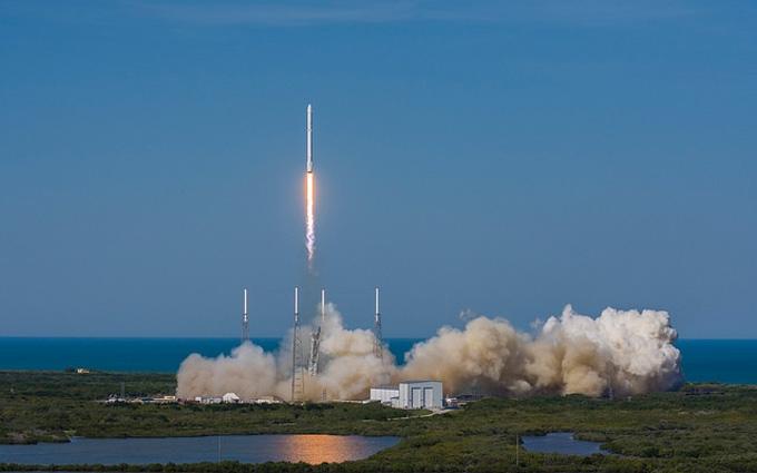 Впервые ракета Falcon 9 успешно приземлилась в океане: опубликовано полное видео