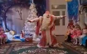 """""""Между нами тает лёд"""": в сети обсуждают новогоднее выступление в детском садике"""