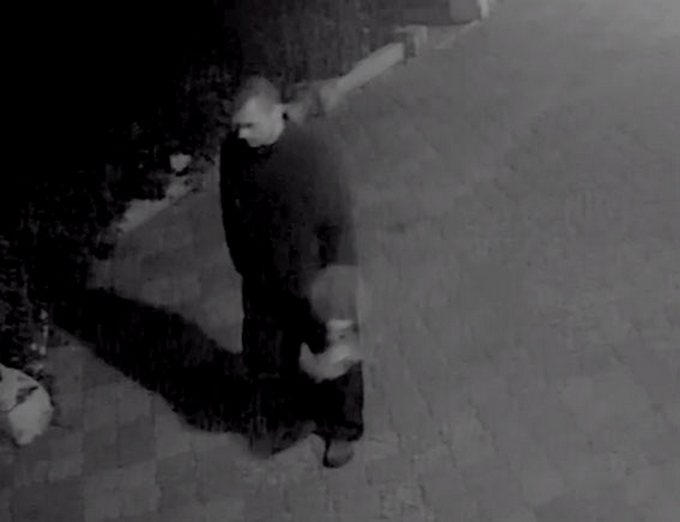 З'явилося відео з полтавським вандалом, який знищує меморіальні дошки воїнам АТО (1)
