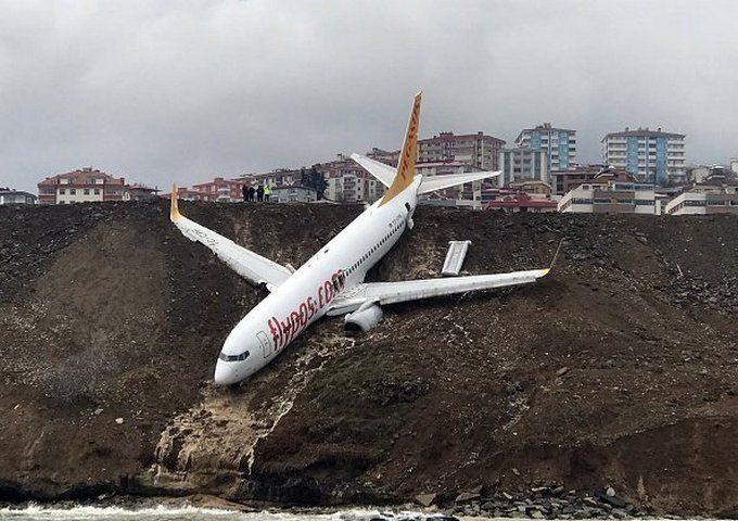 У Туреччині пасажирський літак при посадці зірвався в прірву: з'явилися фото і відео