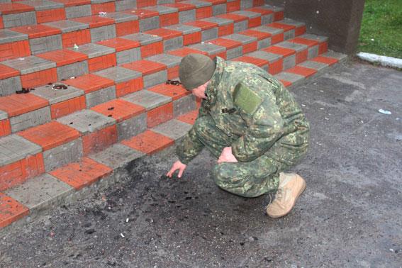 На Чернігівщині біля сільського клубу підірвали гранату, є поранені: з'явилися фото (1)