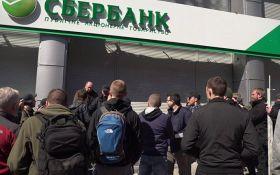 """""""Нацкорпус"""" установил палатки возле отделения """"Сбербанка"""" в центре Киева"""