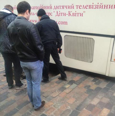 В Киеве автобус провалился в яму напротив дома Кличко: опубликованы фото (1)