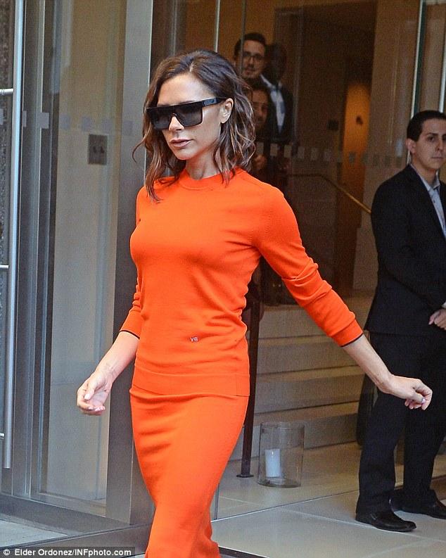 Вікторія Бекхем похизувалась яскраво-помаранчевою сукнею після бурхливої вечірки: з'явилися фото (1)