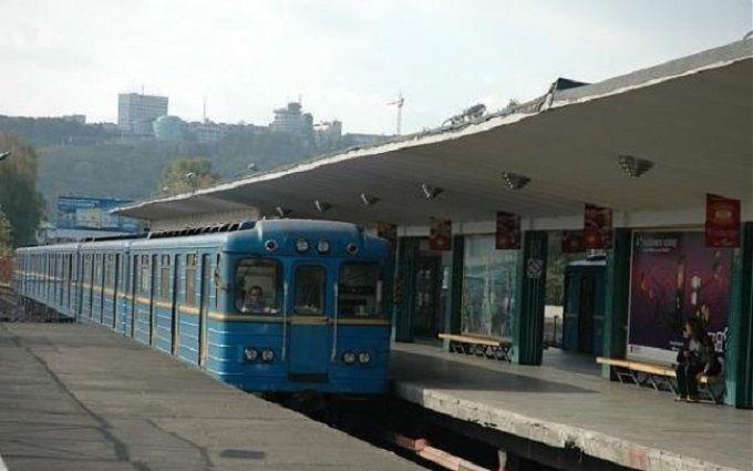 У київському метро загинув хлопець, який намагався проїхатись на вагоні