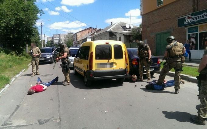 Поліцейських в Житомирі зловили на наркоторгівлі: з'явилися ефектні фото затримання