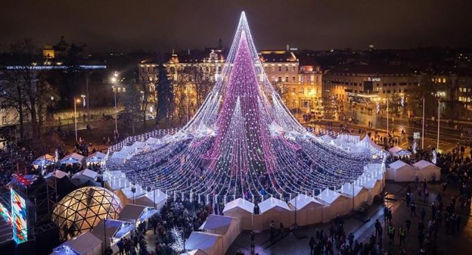 Самые оригинальные и необычные новогодние елки в мире: впечатляющие фото и видео (2)
